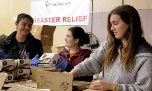 Một số tổ chức phi lợi nhuận đang hỗ trợ tã bỉm cho các gia đình khó khăn trong thời gian chính phủ đóng cửa nhưng chưa thể đáp ứng hết các nhu cầu. Ảnh: TDB.