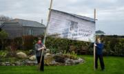 Cặp vợ chồng đặt banner lớn ở vườn để tránh hàng xóm 'soi'
