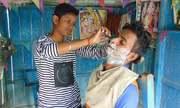 Hai thiếu nữ Ấn giả trai kiếm tiền nuôi gia đình