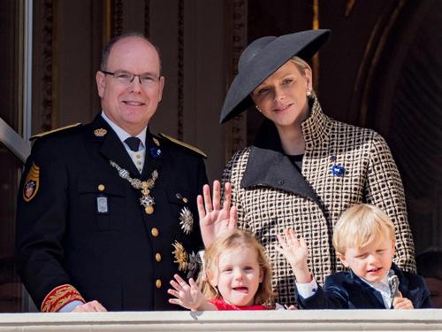 Hai bé Gabriella và Jacques Honore Rainier là con đầu lòng của Công nương Charlene Wittstock, cựu kình ngư từng tham dự Olympic của Nam Phi. Cô kết hôn với Hoàng tử Albert vào năm 2011.