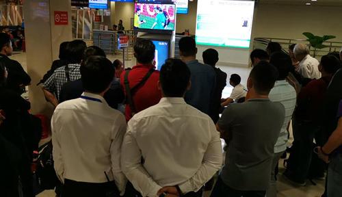 Nhiều hành khách nán lại xem loạt penalty giữa đội tuyển Việt Nam và Jordan. Ảnh: Mạnh Khải.