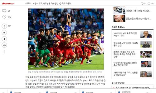 Bài viết về các chiến thắng của đội tuyển Việt Nam nằm trên trang nhất của nhiều tờ báo Hàn. Ảnh chụp màn hình.