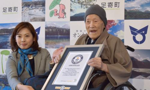CụMasazo Nonaka khi được trao chứng nhận đạt kỷ lục người già nhất thế giới. Ảnh: AP.