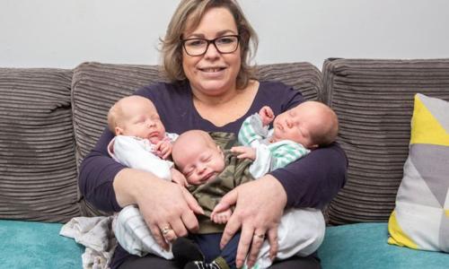 Chị Beata và 3 em bé ra đời cách đây một tháng. Ảnh: Mirror.