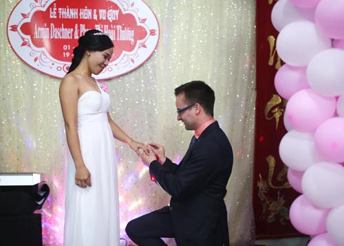 Khoảnh khắctrao nhẫn cho Thương trong lễ cưới tháng 10/2015, Armin cảm thấy tình yêu dành cho cô đã lớn hơn tình thương trước đó. Ảnh: NVCC.