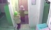 Hai bé 5 tuổi trốn nhà trẻ dưới trời âm 45 độ C