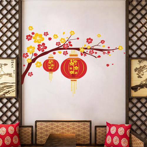 Bức tường đơn sắc trong phòng khách sẽ thêm sống động dịp Tết nhờ decal dán tường hoa lồng đèn PK490, sản phẩm xuất xứ Đài Loan kích thước 50x70cm, giá chỉ 40.000 đồng.