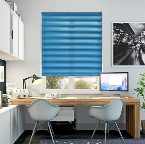 Rèm sáo nhôm TITA làm từ nhôm lá bản 2,5cm sơn tĩnh điện, thiết kế sang trọng, tiết kiệm không gian. Sản phẩm chống nước, dễ điều chỉnh độ ánh sáng, dễ vệ sinh khi bẩn. Giá 441.000 đồng một bộ.