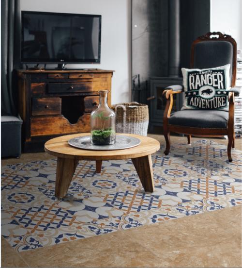 Trong ảnh là một kiểu phối gạch có chủ ý dạng thảm đối xứng. Ngoài ra, gia chủcó thể thêm vào không gian phòng khách một chiếc thảm có họa tiết cổ điển.