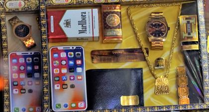 Những bộ đồ vàng mã được xem làthiết yếu cho người cõi âmnhư điện thoại, ví, đồng hồ, thuốc lá, vòng tay... hút khách năm nay. Ảnh: Trọng Nghĩa.