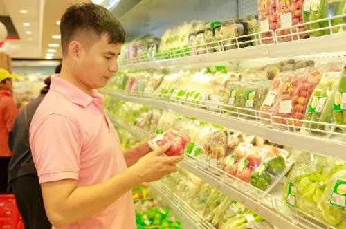 Ngoài thực phẩm chế biến sẵn, dịp Tết siêu thị cũng chuẩn bị nguồn hàng thực phẩm tươi sống  như thịt, tôm, cá và rau, củ, quả chất lượng phục vụ khách hàng.