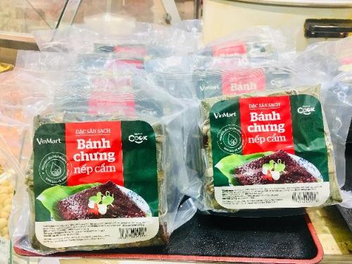 Bánh chưng nếp cẩm VinMart Cook được đóng gói hút chân không docác đầu bếp chuyên nghiệp chế biến từ nguyên liệu sạch, giá từ 70.000 đồng.