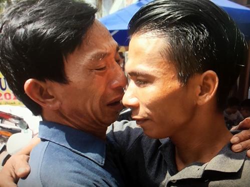 Cha con ông Phương và Lâm lần đầu gặp nhau sau hơn 30 năm thất lạc. Ảnh: NCHCCCL.