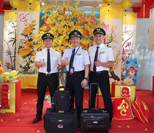 Cơ trưởng Nguyễn Nam Liên và các đồng nghiệp đi làm trong ngày Tết Mậu Tuất. Ảnh: NL.