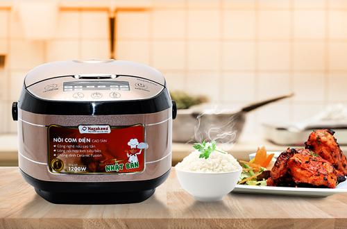Khác với nồi cơm điện cơ truyền thống, các loại nồi cơm điện đa năng hiện nay có tích hợp nhiều chức năng, giúp việc nấu nướng trở nên gọn nhẹ hơn. Ngoài việc nấu cơm ngon hơn nhờ ứng dụng công nghệ ủ nóng mới và lòng nồi bằng hợp kimnhiều lớp, các nồi cơ điện đa năng còn có thể chế biến các món như hầm canh, nấu soup, làm bánh, nấu xôi, nấu chè...