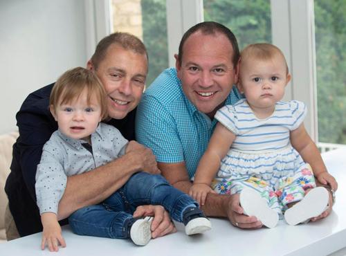Anh Simon (phải) và chồng - anh Graeme (trái) cùng hai con sinh đôi - béAlexandra (phải) vàCalder (trái). Các bé được chăm bẵm bởi hai ông bố. Ảnh: Thesun.