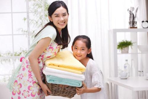 Hãy cho trẻ dọn nhà cùng cha mẹ. Ảnh: Homecleanz.