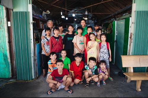 HHen Niê đến thăm và trao quà cho các em học sinh tại lớp học tình thương của thầy Đoàn Minh Hùng (quận Bình Tân, TP HCM).