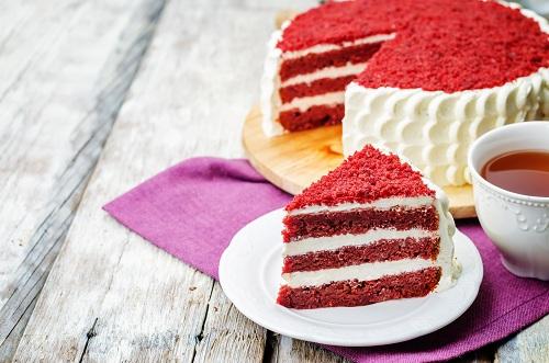 Bánh red velvet với màu đỏ rực rỡ, lớp bánh mịn như nhung và phần nhân kem ngọt ngọt, chua chua.