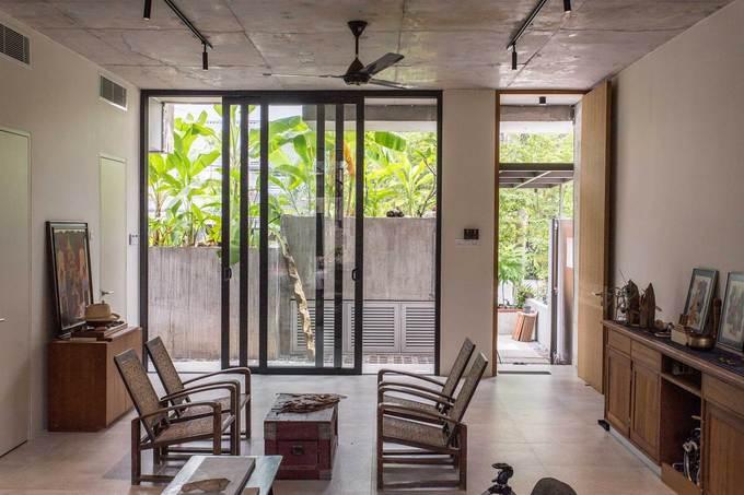 """Ngôi nhà như rừng nhiệt đới với hơn 40 loại cây """"data-component-caption ="""" & lt; p & gt; Bước vào nhà, người ta cảm nhận được tinh thần yêu nghệ thuật và tự nhiên của gia chủ. Tầng trệt bao gồm tường kính và các cửa sổ ở mặt trước và sau, mang đến không khí tươi, ánh sáng và thông gió chéo. & Lt; / p & gt;"""