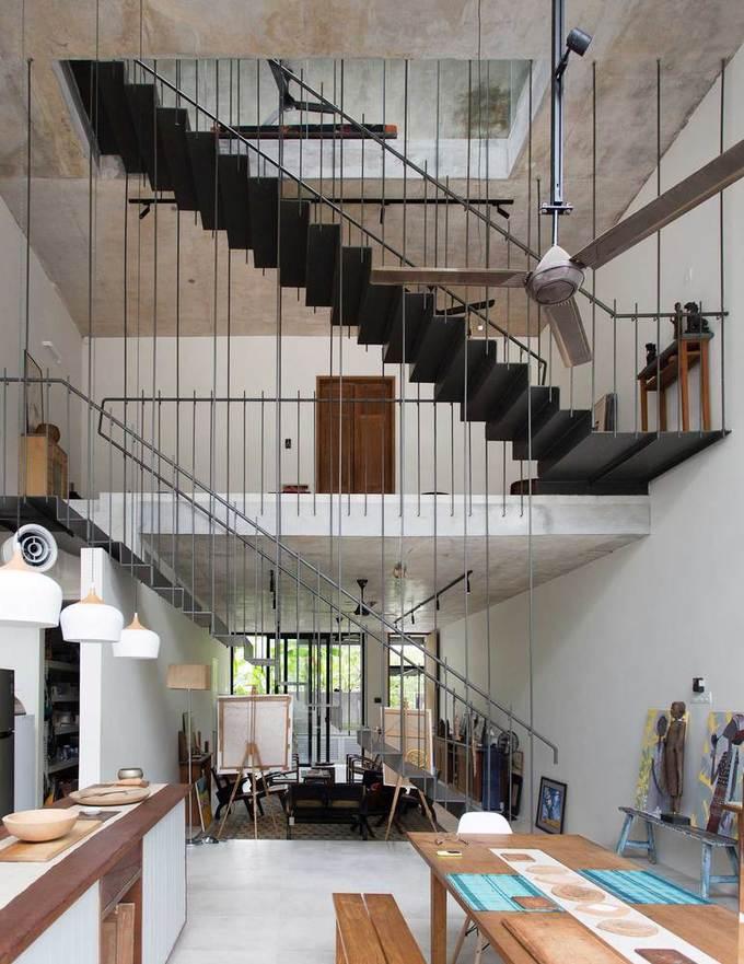 """Ngôi nhà như rừng nhiệt đới với hơn 40 loại cây """"data-component-caption ="""" & lt; p & gt; Cũng tại tầng trệt, đằng sau phòng khách và cầu thang trung thâm là không gian thông tầng bao gồm nhà bếp và khu vực ăn uống. & lt; / p & gt;"""