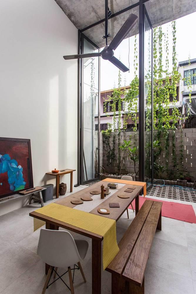 """Ngôi nhà như rừng nhiệt đới với hơn 40 loại cây """"data-component-caption ="""" & lt; p & gt; Lày cảm hứng từ nhà nhiệt đới truyền thống, tre được sử dụng làm ván khuôn cho các hộp trồng cây bê tông. Kết cấu tre này là một giải pháp bền vững giúp kéo dài tuổi thọ của công trình với chi phí bảo trì thấp. & Lt; / p & gt;"""