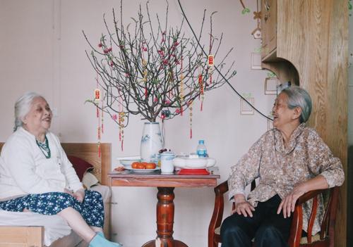 Cụ Đính 94 tuổi (trái) và cụ Dung, 86 tuổi là hai trong số ít cụ ở viện dưỡng lão còn minh mẫn. Ảnh: Diên Hồng.