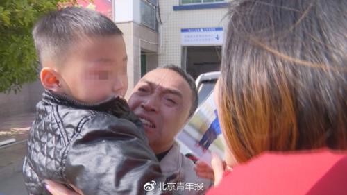 Ông Feng Laohan xúc động tìm lại được cháu bị bố mẹ bán đi từ năm ngoái. Ảnh: Beijing Youth Daily.