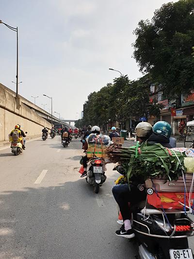 Chiều 27 Tết, các tuyến đường ở Hà Nội tràn ngập hình ảnh những chuyến xe máy về quê cùng gia đình. Ảnh: Trọng Nghĩa.