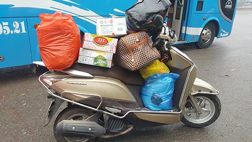 Vì chất nhiều đồ đạc, lần nào về đến nhà, anh Nghĩa cũng bị đau lưng. Ảnh: NVCC.