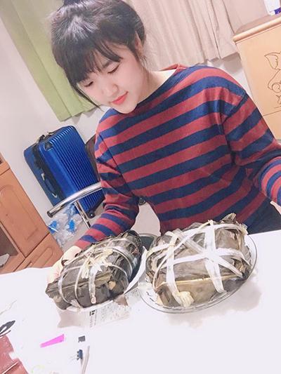 Ngày nghỉ, bạn bè rủ đi lễ hội, nhưng Trang nhất quyết dành thời gian để hoàn thành chiếc bánh chưng cho vơi nỗi nhớ quê nhà. Ảnh: NVCC.