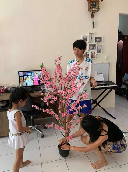 Không mua đượcđào, quất, nhà chị Hương thườngđi chợ Trung Quốc mua mấy cành tầm xuân về cắm cho có không khí. Ảnh: NVCC.