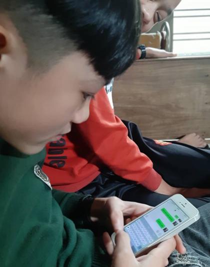 Khoảng 2 năm nay, mẹ con chị Mùi được kết nối lại với chồng và con gái ở Trung Quốc qua mạng xã hội. Ảnh:Nhật Anh.