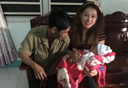 Cô gái Việt và bố đẻ. Ảnh: Sina.