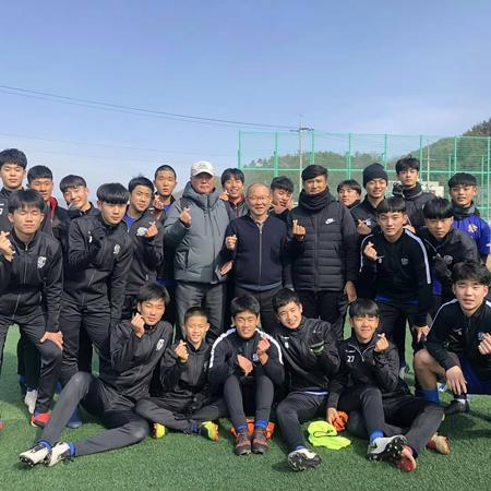 HLV Park giao lưu với đội bóng địa phương. Ảnh: Yonhap.