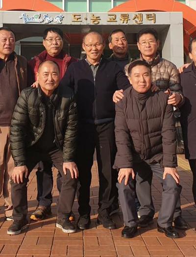 Ông Park chụp ảnh với những người bạn cũ. Ảnh: Yonhap.