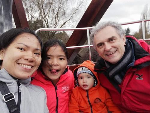 Anh Andreas luôn giúp vợ chăm sóc và dạy dỗ các con. Ảnh: D.P.