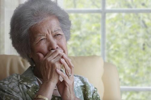 Nhiều người cao tuổi chỉ mong có người thân gọi điện hỏi thăm ngày Tết. Ảnh: Asiaone.