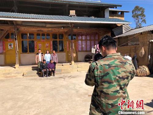 Để có được bức ảnh đẹp, nhiều ngôi nhà cũng được Khánh và nhóm bạn tu sửa nhờ tiền của mạnh thường quân. Ảnh: China News.