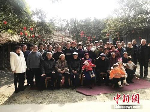 Năm nay, chỉ gần một nửa con cháu ở nhà dịp Tết nguyên đán với bà Zhu. Ảnh: China News.
