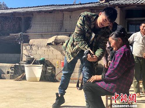 Đến Tết 2019, Khánh và bạn bè đã chụp cho hơn 5000 người dân các huyện miền núi. Ảnh: China News.