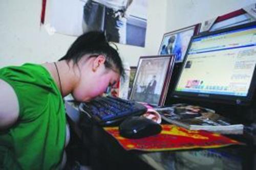 Qianjin có nguồn thu trong việc viết tiểu thuyếttừ năm 2011 đã có thể tự mua cho mình một bộ máy tính sạch sẽ. Ảnh: China Times.