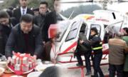 Doanh nhân mang máy bay về làng chở các bô lão du xuân