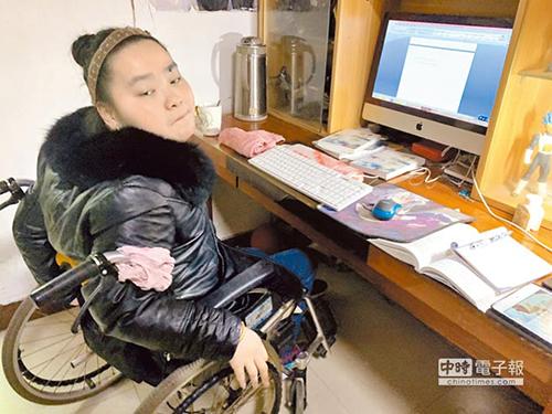 Qianjin không thể điều khiển được tay của mình nên được bố mẹ buộc tay lại trên xe lăn. Ảnh: China Times