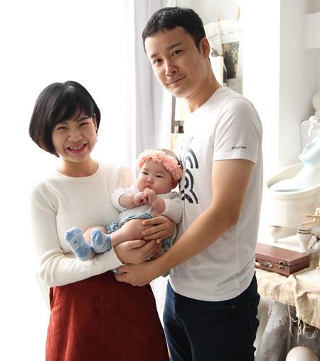 Hai vợ chồng Tiên hạnh phúc bên cạnh bé Sara gần 6 tháng tuổi. Ảnh: M.T