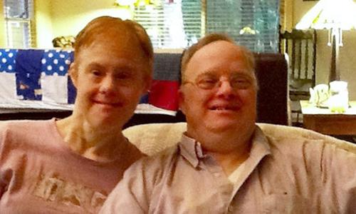 Bà vợ Kris (trái) đã cưa đổ ông chồng Paul 30 năm trước tại một bệnh viện. Ảnh: The Epoch Times.