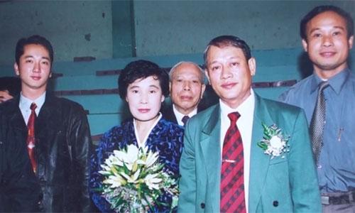 Ông Cảnh và vợ trong ngày cưới do Sở Thể dục thể thao Hà Nội đứng ra tổ chức vào 13/12/2002, sau 31 năm thất lạc nhau.
