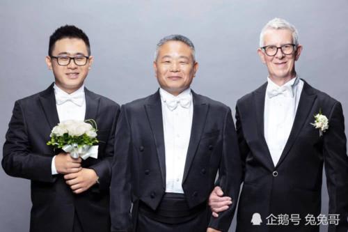 Bố Shouquan (giữa) trong buổi chụp hình cưới của con. Ảnh: Xuehua.