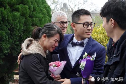 Những giọt nước mắt chúc mừng hạnh phúc của Shouquan và bạn đời lệch tuổi. Ảnh: Xuehua.