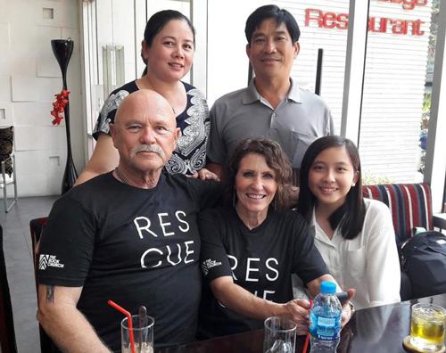 Ông Jim đoàn tụ với con gái Linh (hàng trên) sau 45 năm. Ảnh:
